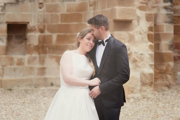 Pareja de recién casados en las ruinas de la iglesia de San Pedro de Viana (Navarra)