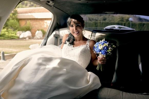Novia en su coche llegando al lugar de la ceremonia