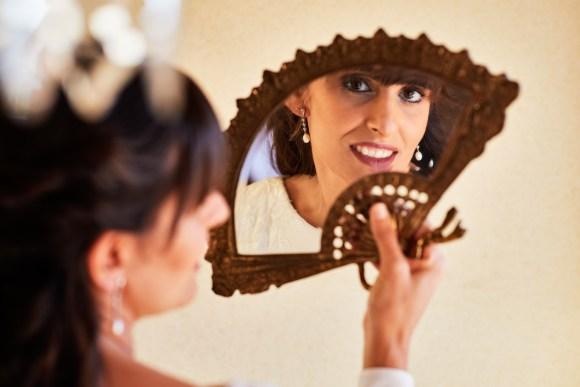 Novia mirándose al espejo vintage de abanico