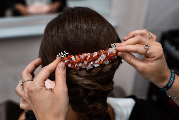 Colocando los detalles en el pelo de la novia