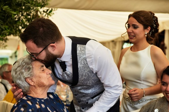 Novio besando en la frente a su abuela en el banauete