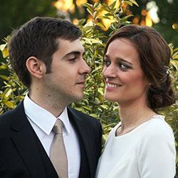 Pareja de recién casados mirándose