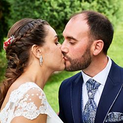 Pareja besándose en el jardín después de la boda