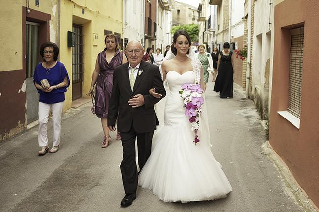 La novia abrazada por su padre llegando a la iglesia