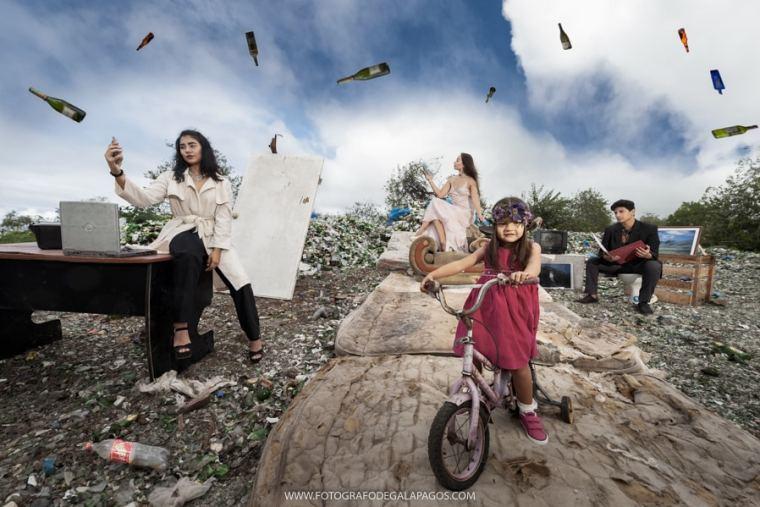 EL CONSUMISMO VISTO CON LA CÁMARA DE LOS JÓVENES FOTÓGRAFOS DE GALÁPAGOS
