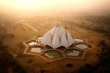 Świątynia Lotosa w Delhi o wschodzie słońca.
