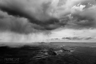 Sposób to zdjęcia w czerni i bieli. Jak to zrobione z Green River Overlook. W monochromie lepiej wyglądają zanieczyszczenia, pomogła też zbliżająca się burza. Powoli przyzwyczajamy się, że codziennie jest burza.