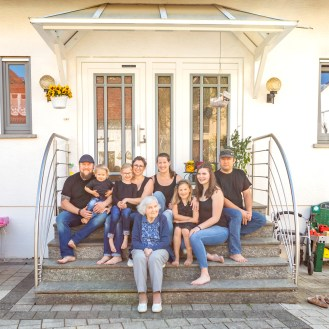 2020_04_19_portraet_vor_der_haustuer_familie_kilb-2