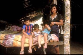 Paraguay, El Chaco, La vivienda de una familia. trabajador temporal, retrato