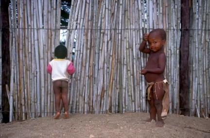 Sudáfrica, Natal Kwa-Zulu, Empangeni, poblado Zulu, niños Zulu jugando