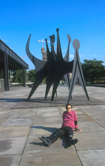 Alemania, Berlín, Galería Nacional, patinador, escultura obra de Calder