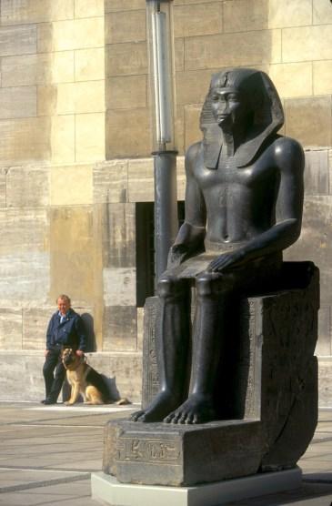 Alemania, Berlin, Entrada al museo de Pergamo, escultura Egipcia