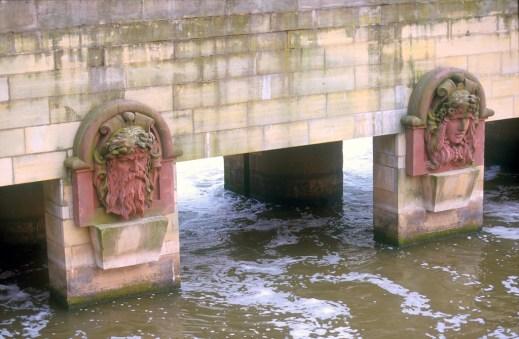 Alemania, Baja Sajonia, Hannover, dioses del Puente, río Leine