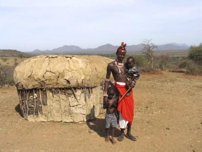 Kenya, región noreste, reserva nacional Buffalo Springs, pueblo Samburu, Papa Samburu y sus hijos, retrato