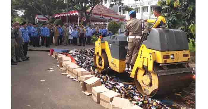 WaliKota dan Kapolres Serang Hancurkan Ribuan Botol Miras