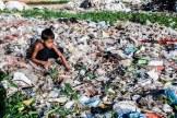 Niño buscando material reciclable en el basurero Steung Meancheye, Phnom Pehn, Camboya.