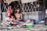 En las afueras de la capital de Camboya, Phnom Penh, existe un barrio llamado Andong, creado poco a poco por personas que el gobierno desaloja cuando el mercado inmobiliario lo requiere. Estas personas llegan aquí, donde un montón de ONGs se han asentado entre chabolas para intentar dar un poco de dignidad a sus vidas. En Camboya es fácil desalojar, el gobierno lleva haciéndolo durante décadas, desde que los Jemeres Rojos quemaran la mayoría de contratos de propiedad privada que tenía la población. Ahora poca gente posee una casa de manera legal en Camboya. Los caminos son de tierra y muchos estaban inundados. Las casas son simples chabolas de madera con una hamaca en su interior, donde toda la familia duerme en el suelo.