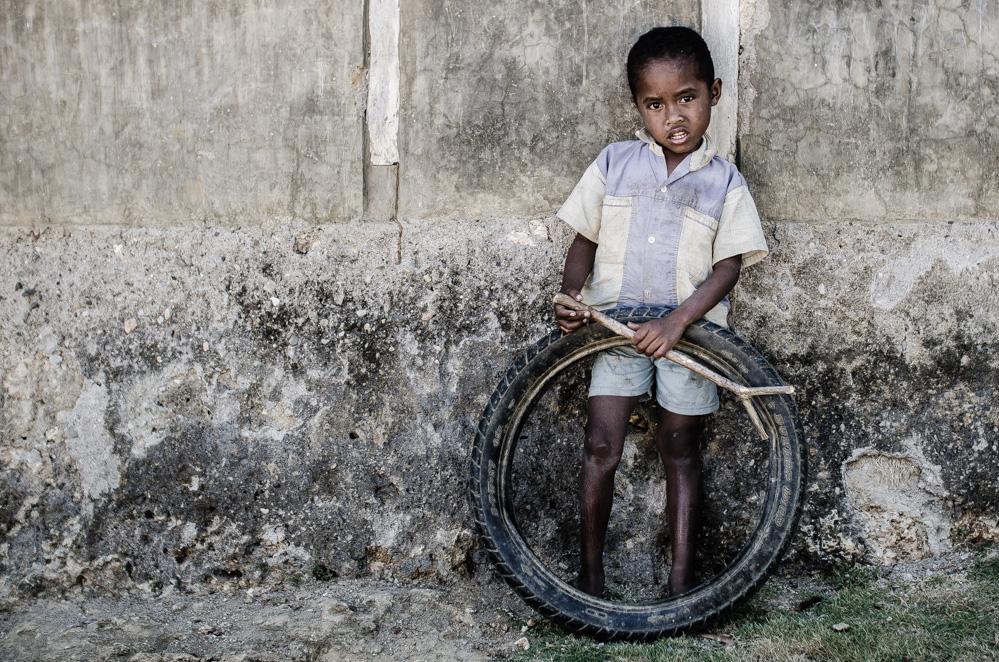 Niño jugando - Niki Niki, Timor Occidental, Indonesia