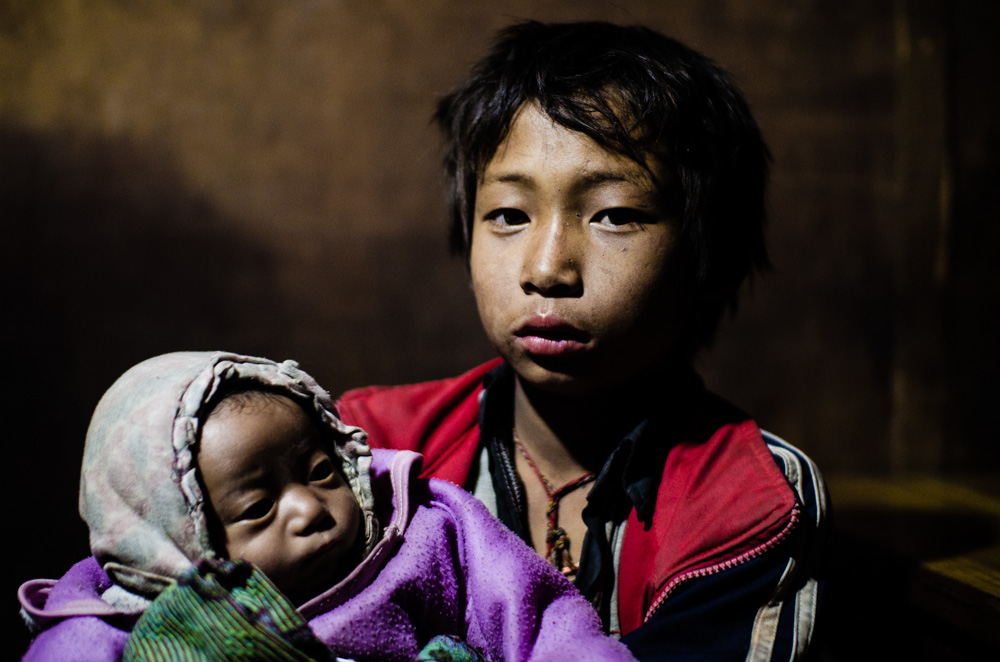 Niño cuidando de su hermano en Kathmandu, Nepal.