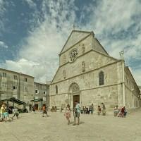 Główny rynek w mieście Pag (wyspa Pag, Chorwacja)