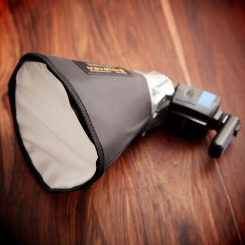 Hieraus entstammt der provisorische Beauty-Dish-Reflektor (das ist die Honl Traveller8-Minisoftbox)