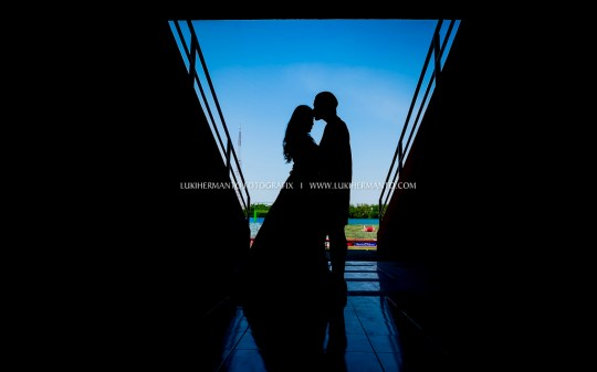 pemain bola foto prewedding di stadion romantis