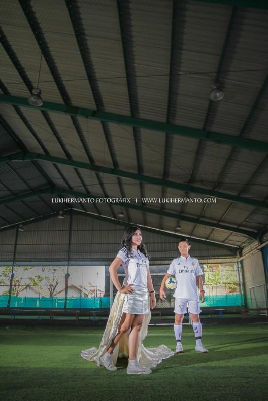 foto prewedding di lapangan futsal konsep bermain bola