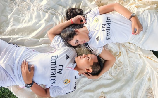 foto prewedding di lapangan futsal romantis