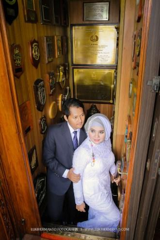 foto prewedding berhijab muslim di kapal KRI Dewaruci