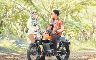 foto prewedding berhijab dengan motor
