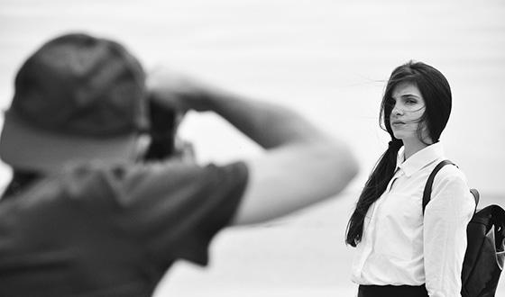 फोटोग्राफिंग गर्ल