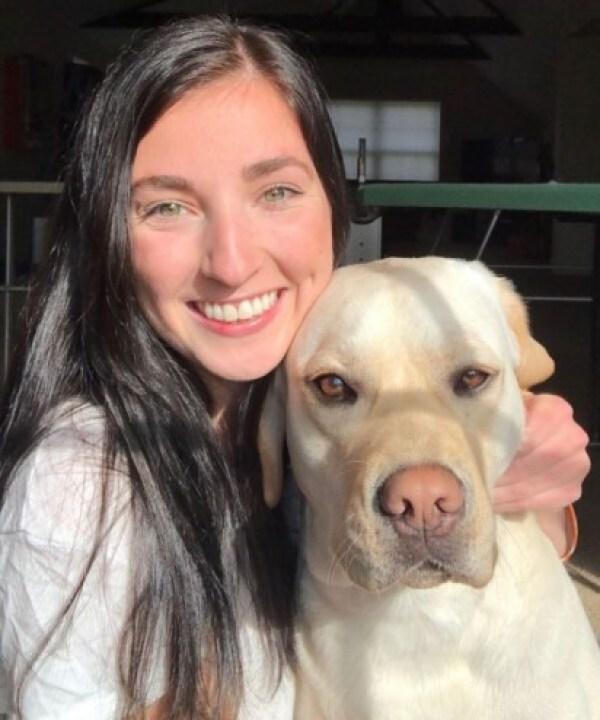 Mushu com a sua tutora temporária, Kathryn Eland, responsável por treiná-lo. (Foto: Instagram/service.dog.mushu)