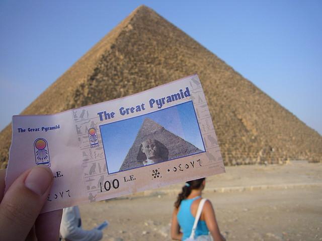 entrada para la piramide de keops en guiza