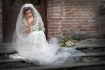 dolce sposa in posa, sulla scala.