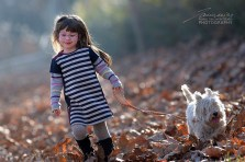 Alice e Luna corrono sulle foglie secche
