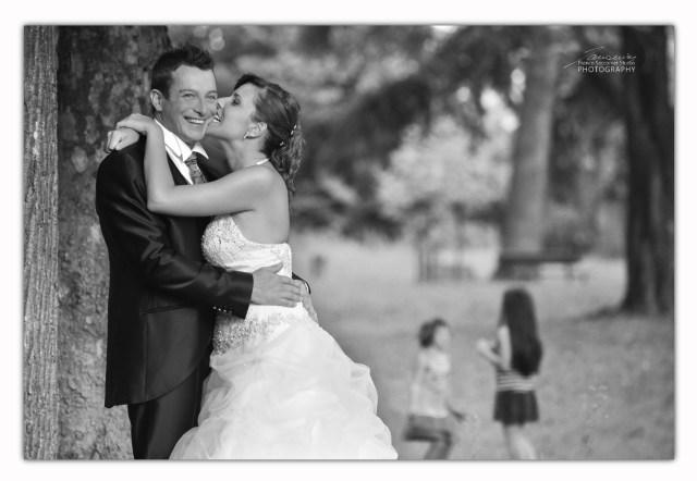 nel parco spurgazzi di caluso erika e carlo posano per le fotografie. #parcospurgazzi #fotografopermatrimonio