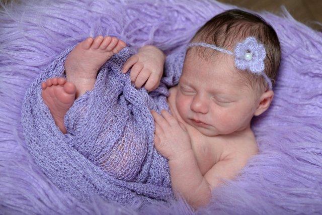 La piccola elisa è completamente a suo agio, e dorme profondamente. Fotografie di neonati nei primi giorni di vita. #newborn #neonati #fotografoneonati #newbornphotographer