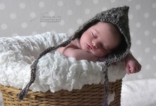 Le prime emozioni per Thomas resteranno indimenticabili. Con il suo buffo cappellino. Fotografie di neonati in studio. #newbornphotographer #fotografoneonati #primigiorni