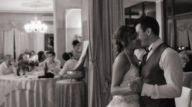 Il primo ballo da sposati.  Emozione e tenerezza.