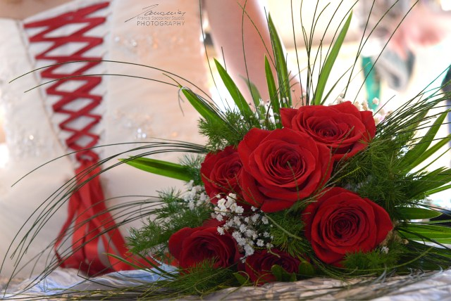 Rose rosse come il nastro che lega il vestito. #addobbifloreali #foglieefiori