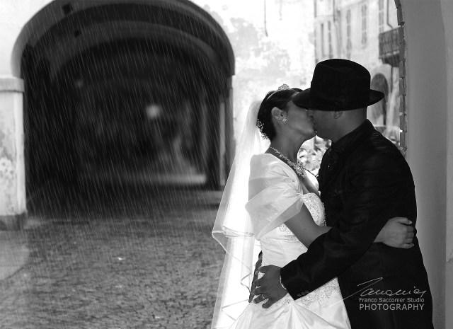 Piove, rifugiamoci qui! Un improvviso acquazzone estivo, si intromette tra noi e una passeggiata nel parco? Poco importa, una alternativa c'è sempre! #matrimonioconlapioggia #matrimonioinvernale