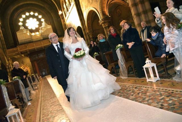 Francesca percorre la navata sottobraccio a papà #fotografomatrimoni