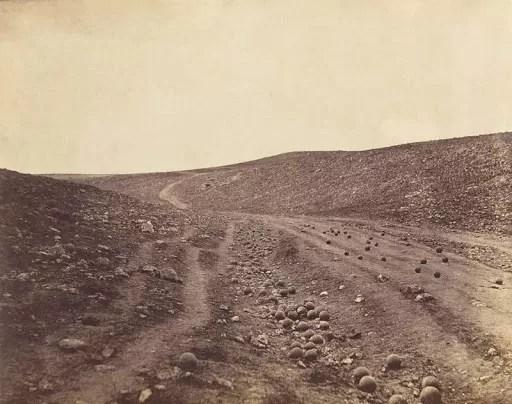 "El valle de la sombra de la muerte"" (Roger Fenton, Valle de Crimea, 1855)"