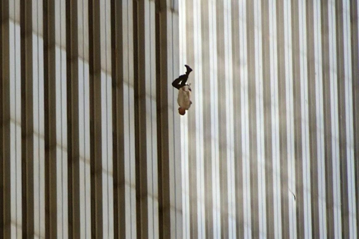 Hombre cayendo de las torres gemelas - Richard Drew - 2001