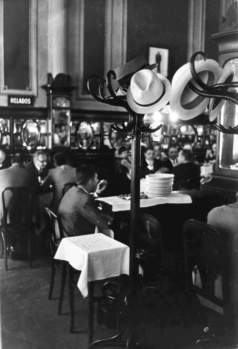 Pablo Alonso Cuando la historia pide un café. Confitería El Aguila 1968 Gelatina de plata sobre papel 23,8x16 cm