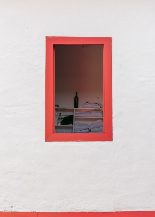 Ventana con marco rojo