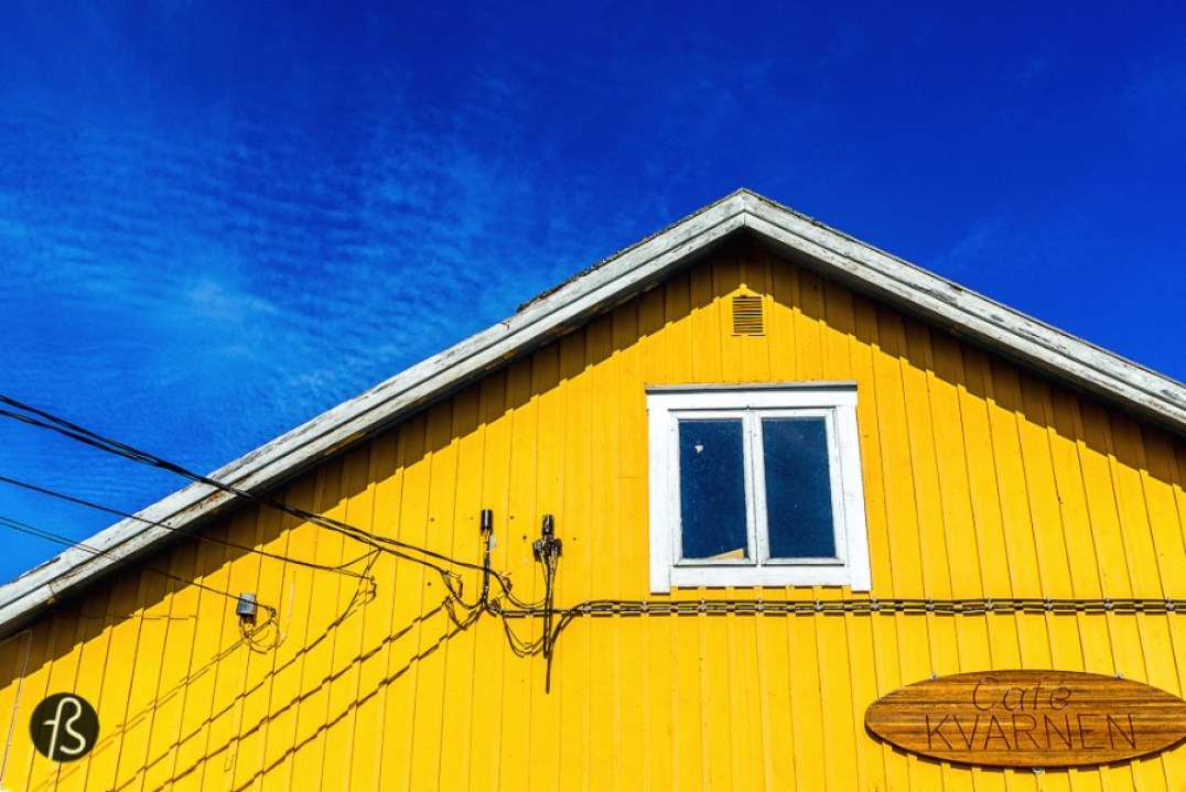 The first thing we saw once we reach the wonderful Jurmo, was how colorful the little village is: red, yellow, blue and green are the predominant colors you'll see thank to it's amazing clear water, tall and rich trees and the houses painted in vivid yellow or the traditional red.