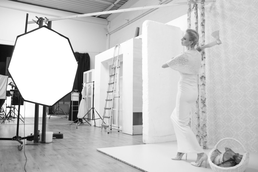 Model posiert in Fotostudio-Kulisse