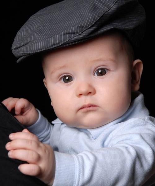 Babyfoto mit Hut im Fotostudio München