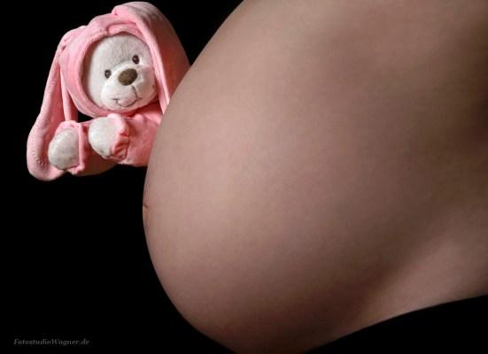 Lüstige Babybauchfotos: kreative Ideen für Babybauch Shooting im Fotostudio